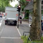 LKW blockiert Radweg an der Hahnenstraße