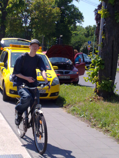 ADAC parkt auf dem Radweg