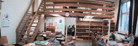 Klassenraum mit Empore und Gruppenraum